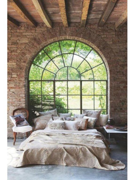 1600x2133-n-buitenmuur-en-balkenplafond-4706589-1-eng-gb-slaapkamer-met-stenen-buitenmuur-en-balkenplafond-jpg