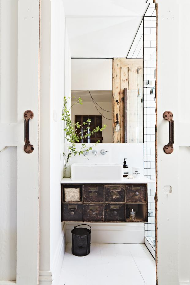 kalicavanagh-vintagehousedaylesfordinsideoutimagebedroomensuite
