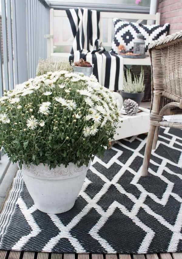 Balcony-autumnal-decorating-for-tray-arrangement-walnuts-corn-on-the-cob-cinnamon-sticks-candle-lantern