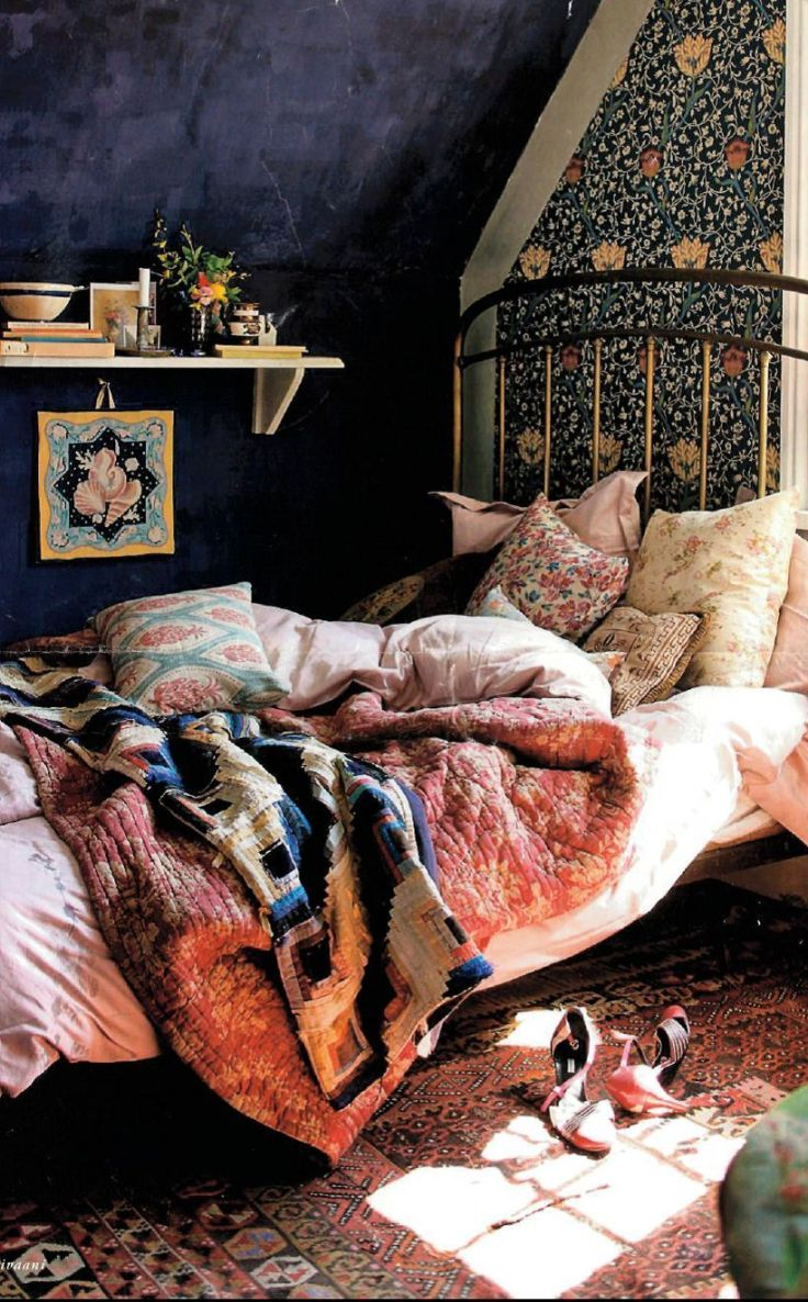 Boho-bedroom-design-with-pillows