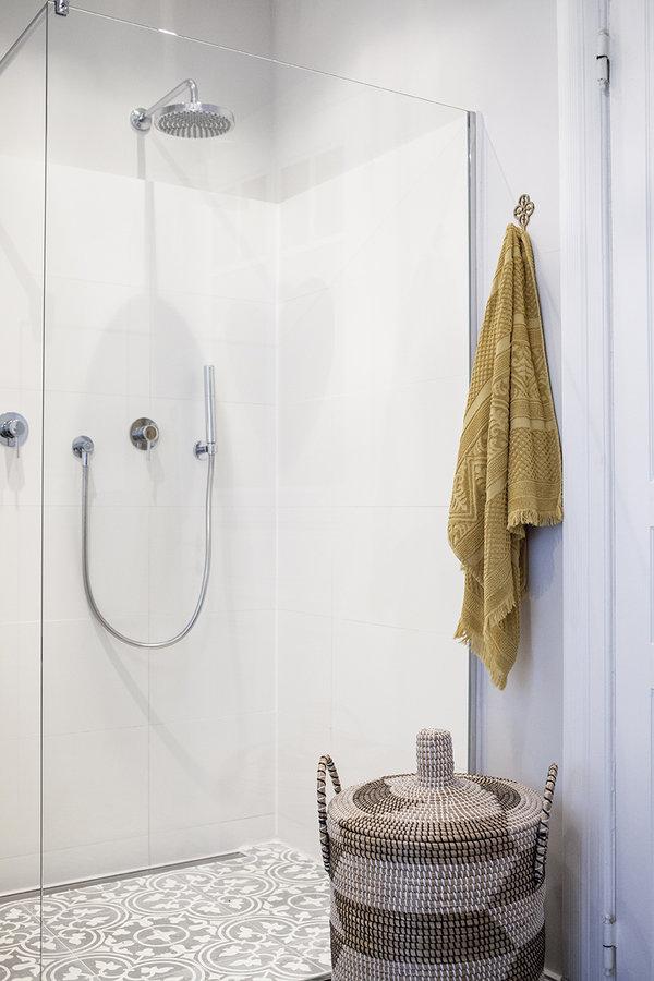 3291122-dusche-und-waeschekorb-1468178960