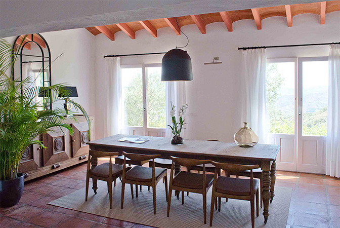 53b0df93e8284-modern_vacation_rentals_spain_9