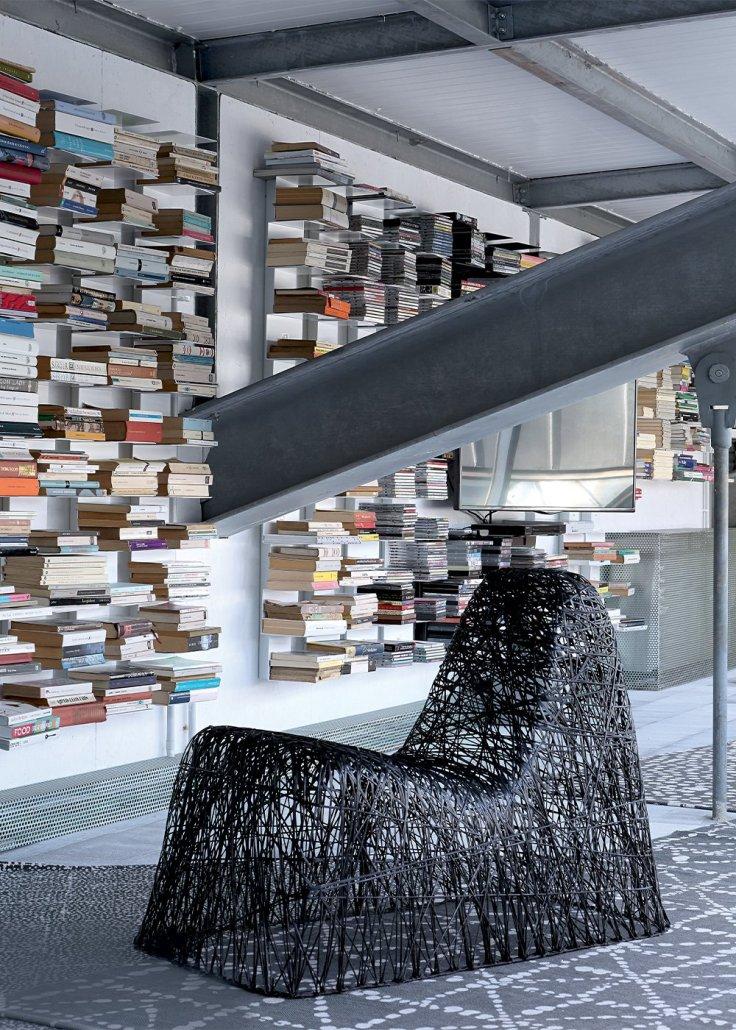 coin_bibliotheque_avec_son_fautueil_carbon_chair_de_bertjan_pot_et_marcel_wanders