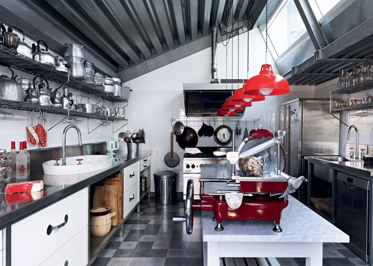 grande_cuisine_design_de_pro_avec_des_touches_rouges