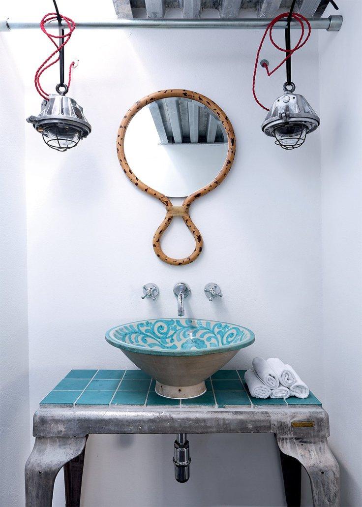 salle_de_bain_exotique_avec_vasque_marocaine_et_miroir_guepard